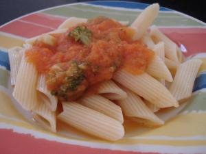 Penne ao molho de tomate caseiro