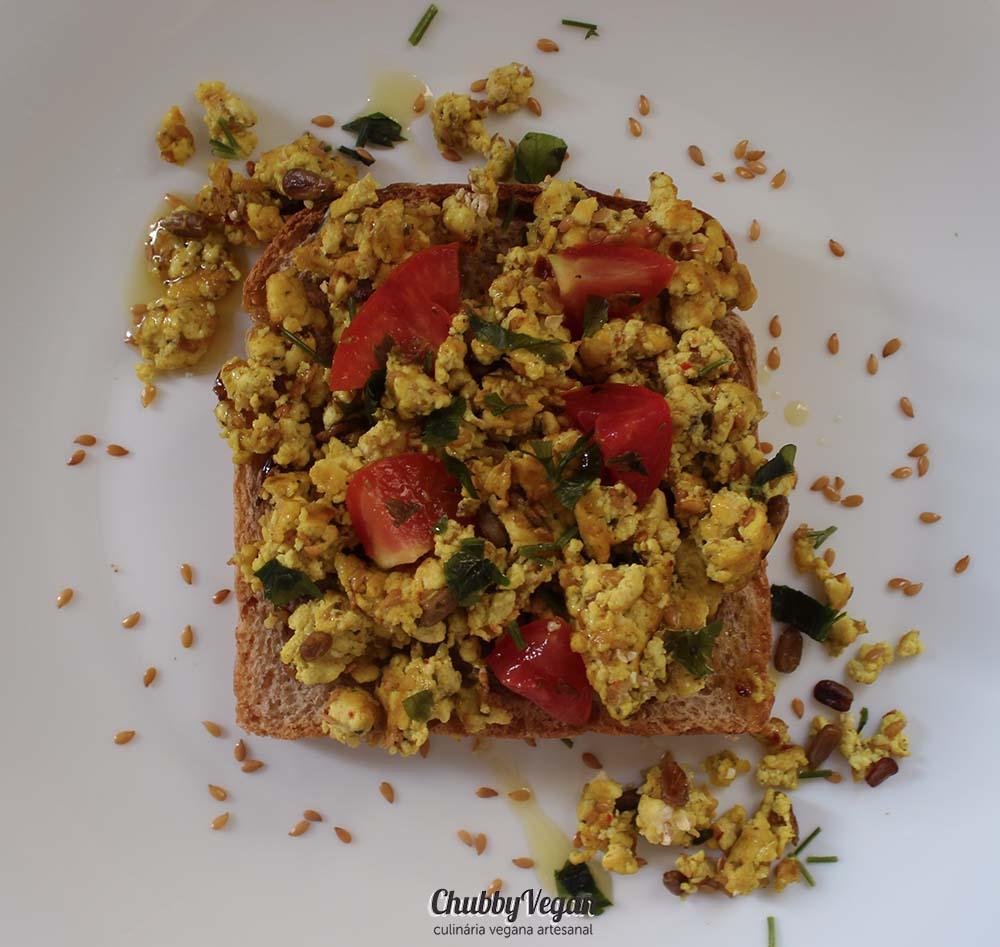 Torrada com Tofu mexido - Chubby Vegan